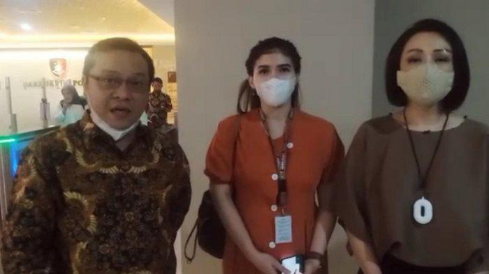 Cindy Mamesah dan Rina Kosasih usai dikonfrontir di Bareskrim Polri Jakarta Selatan, Rabu (28/4/2021).