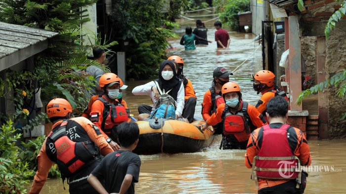 Petugas mengevakuasi warga yang terjebak banjir menggunakan perahu karet di kawasan Cipinang Melayu, Jakarta Timur, Jumat (19/2/2021). Akibat hujan lebat yang mengguyur Ibu Kota Jakarta sejak Jumat dini hari kawasan Cipinang Melayu kembali terendam banjir setinggi 2 meter. Tribunnews/Jeprima