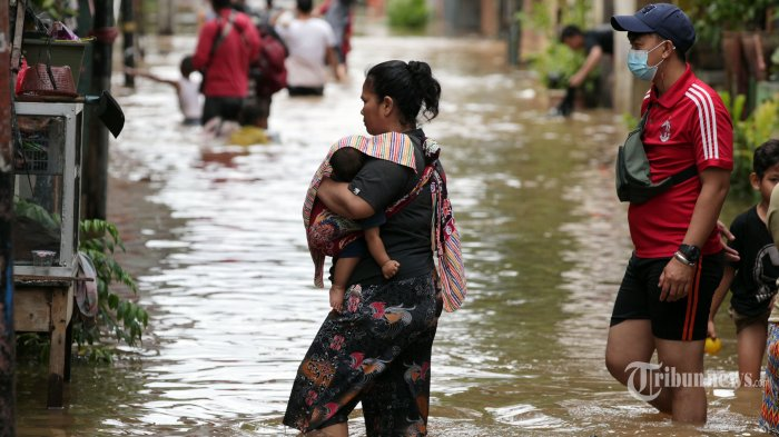 Tinjau Pengungsi, Anis: Masyarakat Minta Pemerintah Cari Solusi agar Banjir Dapat Dikendalikan