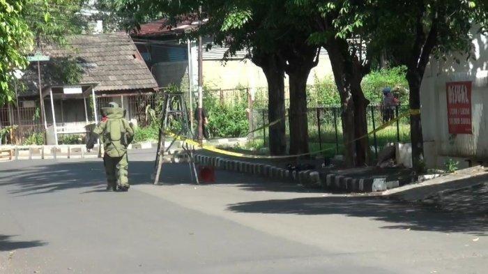 Gegana Brimob Polda Metro Jaya saat proses evakuasi benda diduga bom yang ditemukan depan rumah Ketua KAMI Ahmad Yani di Duren Sawit, Jakarta Timur, Jumat (26/3/2021)