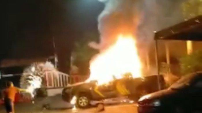 Potret mobil Polsek Ciracas dalam kondisi terbakar usai diserang ratusan orang tak dikenal.