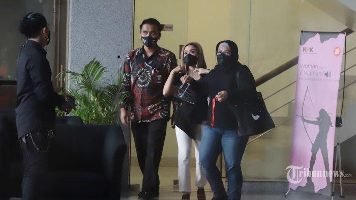 Pedangdut Cita Rahayu alias Cita Citata mendatangi gedung Komisi Pemberantasan Korupsi (KPK) Jakarta, Jumat (26/3/2021). Cita Citata diperiksa penyidik KPK sebagai saksi dalam kasus dugaan suap terkait pengadaan bantuan sosial penanganan Pandemi Covid-19 untuk wilayah Jabodetabek 2020 di Kementerian Sosial dengan tersangka Matheus Joko Santoso. TRIBUNNEWS/HERUDIN