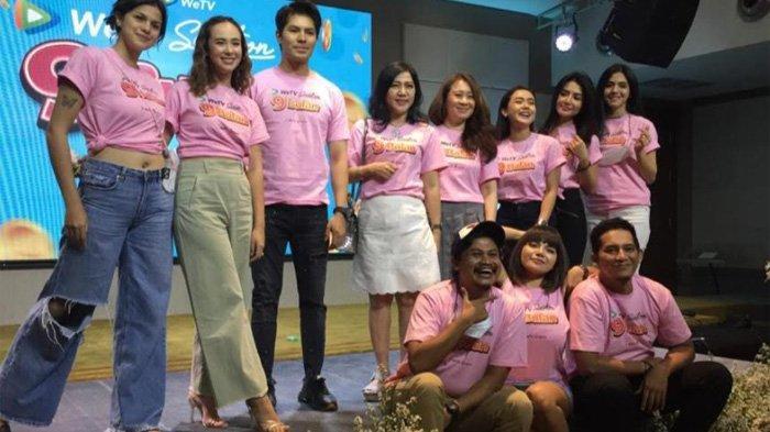 Para pemain 9 Bulan usai jumpa pers di kawasan Kedoya Jakarta Barat, Selasa (25/5/2021).