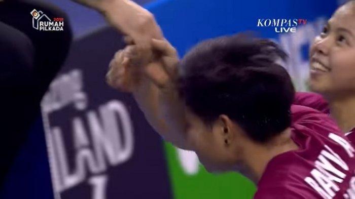 Greysia Polii dan Apriyani Rahayu cium tangan wasit usai mengalahkan pasangan unggulan dari Tiongkok Chen Qingchen dan Jia Yifan di semi final French Open 2017, Sabtu (28/10/2017).