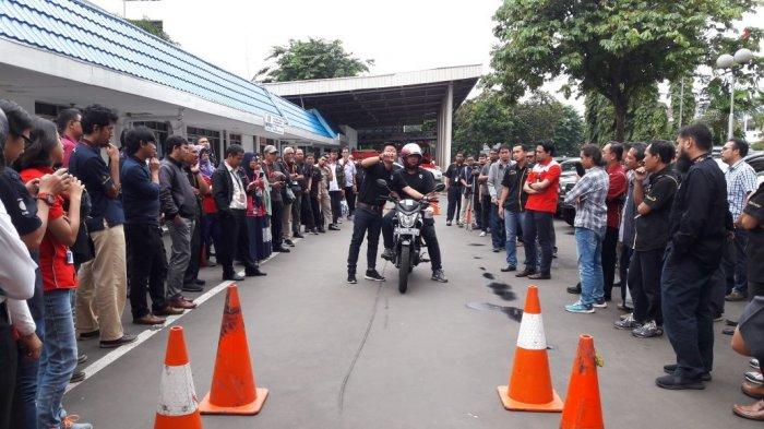 PT Pertamina (Persero) mengajak pebalap senior Indonesia, Doni Tata dan Rifat Drive Labs menggelar acara Coaching Clinic Safety Riding di Kantor Pusat Pertamina, Jakarta, Kamis (22/2/2018).