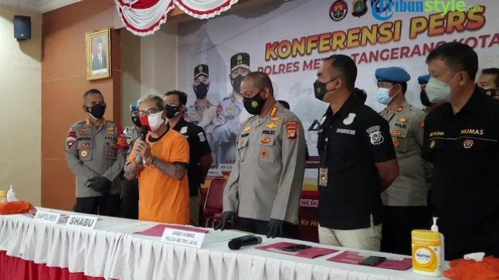 Komika pemilik nama asli Reza Pardede atau yang akrab disapa Coki Pardede dihadirkan dalam rilisan penyalahgunaan narkotika jenis sabudi Polres Metro Tangerang Kota, Sabtu (4/9/2021)