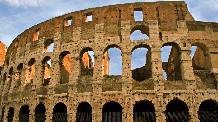 Kelakuan Buruk Turis Mengukir Inisialnya di Dinding Bangunan Berusia 2.000 Tahun
