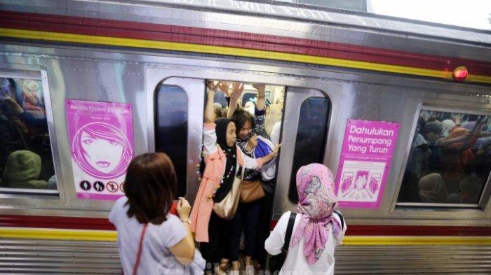 Viral Wanita BAB di Commuter Line Jurusan Bekasi, Baunya Bikin Penumpang Berhamburan Keluar