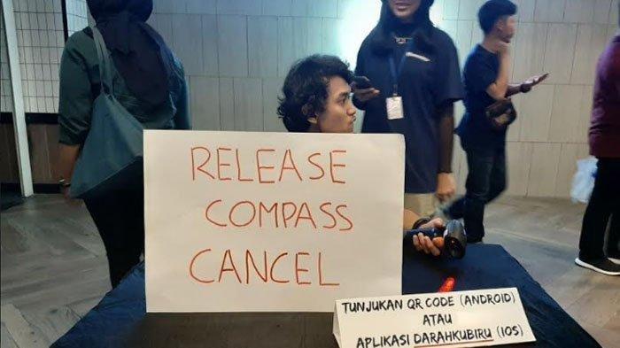 Selembar kertas yang tertulis kalimat 'Release Compass Cancel' di Lantai 5, Grand Indonesia, Jakarta Pusat, Sabtu (14/12/2019)