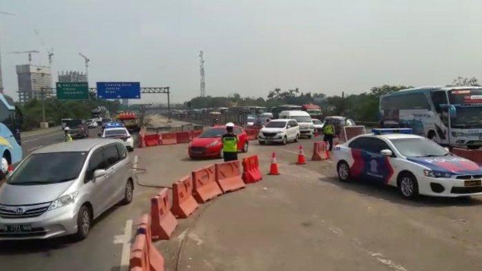 Kepadatan Kendaraan Mulai Terurai Setelah Contra Flow Diberlakukan di KM 39 Arah Cikampek