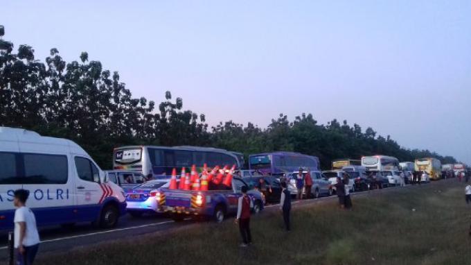 Ramainya Arus Balik ke Jakarta, Polisi Lakukan Contra Flow di Tol Cipali