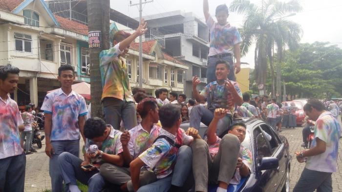Puas Coret Baju, Ratusan Siswa di Medan Robek Baju dan Logo Osis