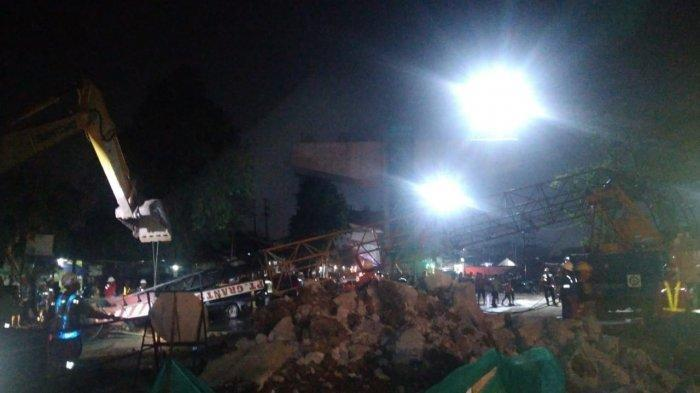 Crane pembangunan proyek tol BORR seksi 3A di Jalan Sholeh, Iskandar, Kelurahan Kayu Manis, Kota Bogor, patah, Senin (2/12/2019) malam.