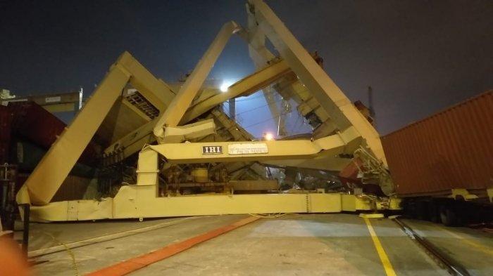 Kapal Kargo Tabrak Dermaga Tanjung Emas, Crane 3 Roboh Menimpa Truk Kontainer, Seorang Terluka