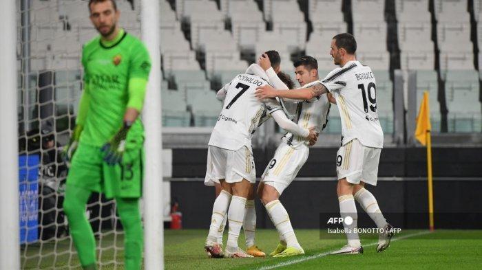 Penyerang Portugal Juventus Cristiano Ronaldo (Belakang C) merayakan bersama rekan satu timnya setelah membuka skor selama pertandingan sepak bola Serie A Italia Juventus vs AS Roma pada 6 Februari 2021 di stadion Juventus di Turin. Isabella BONOTTO / AFP