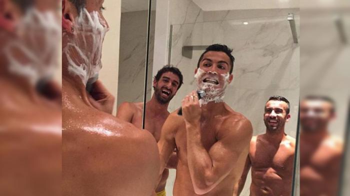 Ronaldo Telanjang Dada di Depan Cermin: Aku Ganteng Kan?