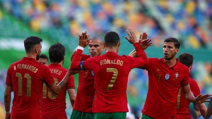 Cristiano Ronaldo dan Bruno Fernandes melakukan tos bersama pemain Portugal lainnya.