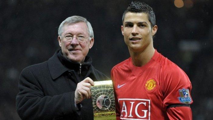 Cristiano Ronaldo (kanan) berpose dengan pelatihnya di Manchester United, Sir Alex Ferguson, sambil memamerkan trofi Pemain Terbaik FIFA di Stadion Old Trafford, 14 Januari 2009. ANDREW YATES/AFP