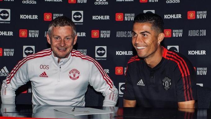 Cristiano Ronaldo didampingi pelatih Manchester United Ole Gunnar Solskjaer dalam acara penandatangan kontrak.
