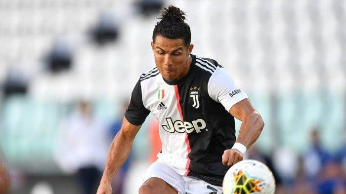 Cristiano Ronaldo eksekusi tendangan bebas