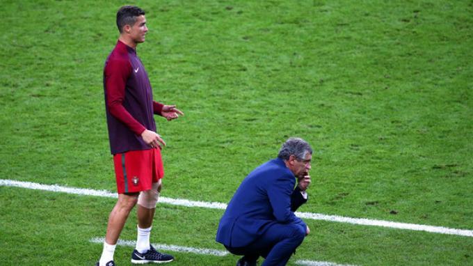 Cristiano Ronaldo dampingi Fernando Santos sepanjang permainan