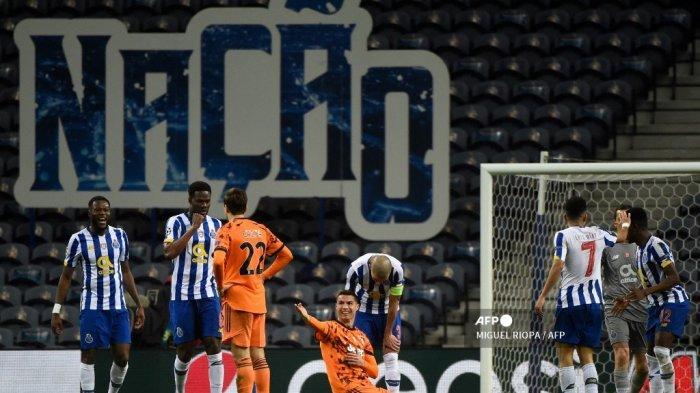 Penyerang Portugal Juventus Cristiano Ronaldo (tengah) memberi isyarat selama pertandingan leg pertama babak 16 besar Liga Champions UEFA antara Porto dan Juventus di stadion Dragao di Porto pada 17 Februari 2021. MIGUEL RIOPA / AFP