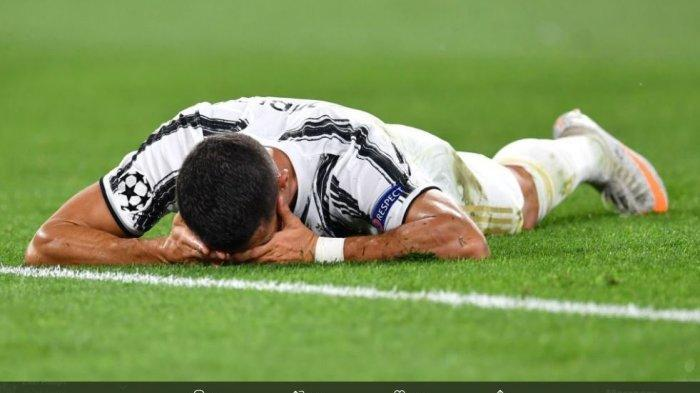Cristiano Ronaldo nampak tersungkur usai Juventus tersingkir dari Liga Champions 2019-2020.