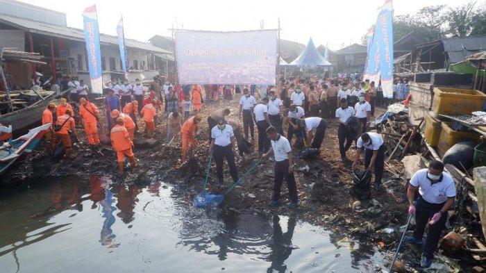 Mengedukasi Warga Jaga Lingkungan Bersih dan Pembagian Paket Sembako kepada Warga Pesisir Kalibaru