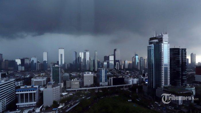 Awan hitam terlihat menyelimuti langit dikawasan Kuningan, Jakarta Selatan, Selasa (2/4/2019). Badan Meteorologi, Klimatologi dan Geofisika (BMKG) mengatakan potensi hujan lebat disertai petir dan angin kencang di wilayah Jakarta pada sore hingga malam hari. (Tribunnews/Jeprima)