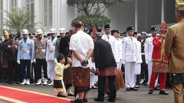 Ketika Jan Ethes Takut Bersalaman dengan Ajudan Jokowi yang Kenakan Pakaian Adat Papua