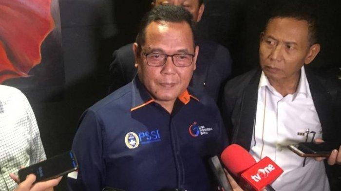 Wakil Ketua Umum PSSI, Cucu Somantri saat diwawancarai setelah menjalani rapat dengan jajaran {T LIB di Hotel Power Point, Jakarta, Rabu (4/3/2020).