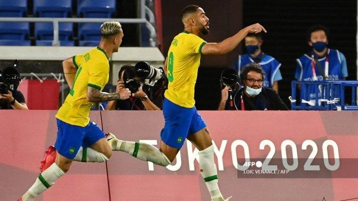 Matheus Cunha (kanan) dari Brasil merayakan setelah mencetak gol melawan Spanyol selama pertandingan medali emas kompetisi sepak bola Olimpiade Tokyo 2020 putra di Stadion Internasional Yokohama di Yokohama, Jepang, pada 7 Agustus 2021.
