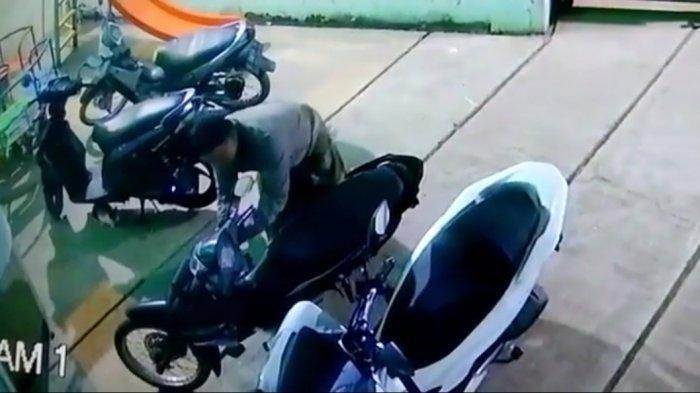 Motor Jamaah Raib Saat Salat Subuh di Purwakarta, Aksi Pelaku Terekam CCTV