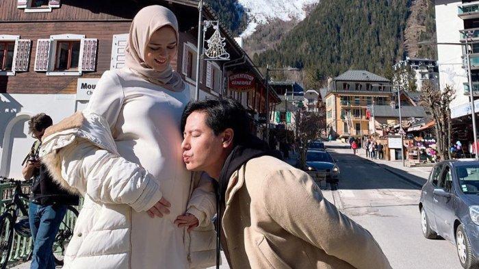 Cut Meyriska yang hamil empat bulan bersama sang suami Roger Danuarta
