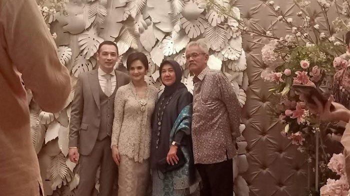 Cut Tari dan Richard Kevin sah sebagai suami-istri. Prosesi ijab kabul yang dilangsungkan di kawasan Benda, Cilandak Timur, Jakarta Selatan, Kamis (12/12) petang.