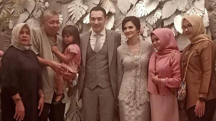 Tubagus Richard Kevin dan Cut Tari tak bisa menutupi rasa bahagianya setelah resmi menjadi pasangan suami-istri. (Warta Kota/Feryanto Hadi)