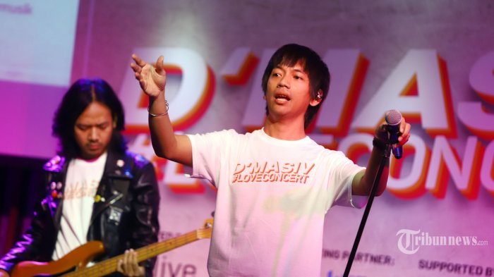 Penampilan band D Masiv yang beranggotakan Rian Ekky Pradipta (vokal), Dwikky Aditya Marsall (gitar), Nurul Damar Ramadan (gitar), Rayyi Kurniawan Iskandar Dinata (bass), dan Wahyu Piadji (drum) saat jumpa pers terkait penyelenggaraan konser tunggal, di Jakarta, Kamis (8/8/2019). Konser tunggal pertama bagi D Masiv ini bertajuk LOVECONCERT yang akan diadakan pada 6 September 2019 mendatang di tenis indoor Senayan. TRIBUNNEWS/HERUDIN