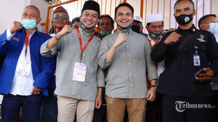 Bakal paslon Dadang Supriatna (kedua kiri) dan Sahrul Gunawan (kedua kanan) saat akan mendaftar sebagai calon Bupati dan Wakil Bupati Bandung pada Pilkada Kabupaten Bandung 2020, di Kantor KPU Kabupaten Bandung, Jalan Sindang Wangi, Soreang, Kabupaten Bandung, Jawa Barat, Jumat (4/9/2020). Dadang Supriatna dan Sahrul Gunawan diusung oleh empat partai politik, yakni PKB, Nasdem, Demokrat, dan PKS. Tribun Jabar/Gani Kurniawan