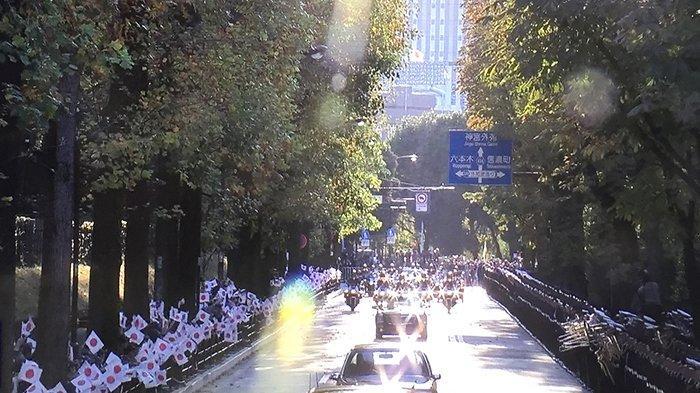 Daerah Akasaka di Tokyo destinasi terakhir parade sebelum memasuki rumah tinggal Kaisar dalam Parade Peringatan Kaisar Baru, Minggu (10/11/2019) dipenuhi pramuka dan pelajar sekolah (kiri) dan pasukan bela diri Jepang (SDF) kanan dengan grup musik dan pasukan resmi bersenjata laras panjang.