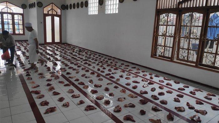Daging hasil penyembelihan hewan kurban di kawasan markas besar Front Pembela Islam (FPI), Minggu (11/8/2019 akan mulai dibagikan pukul 15.00 WIB. TRIBUNNEWS.COM/HARI DHARMAWAN