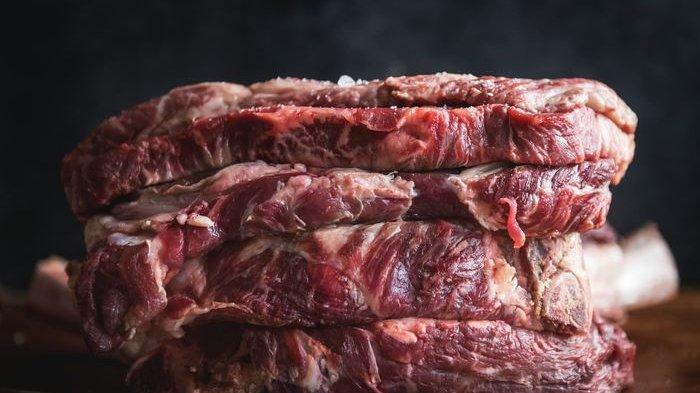 Terlalu banyak mengonsumsi daging merah berdampak buruk terhadap kesehatan.