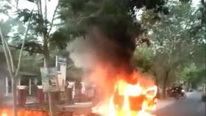Mobil Daihatsu Xenia Terbakar di Tulungagung