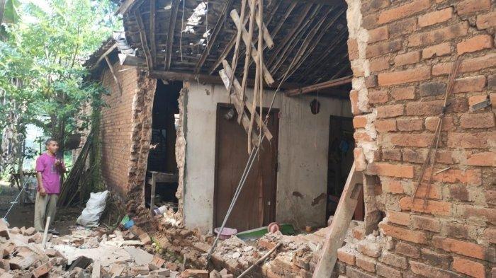 Tembok rumah di Ponorogo rubuh akibat gempa.