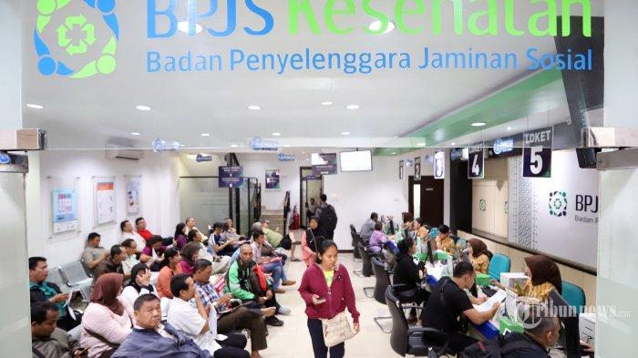 Suasana warga saat menunggu antrian di kantor Badan Penyelenggara Jaminan Sosial (BPJS) Kesehatan di kawasan Matraman, Jakarta Pusat, Selasa (5/11/2019). BPJS Kesehatan mengakui sejumlah Peserta Bukan Penerima Upah (PBPU) dan Peserta Bukan Pekerja mulai menurunkan kelas layanan pasca diterbitkannya Peraturan Presiden Nomor 75 Tahun 2019 tentang Perubahan Atas Peraturan Presiden Nomor 82 Tahun 2018 tentang Jaminan Kesehatan. Tribunnews/Jeprima
