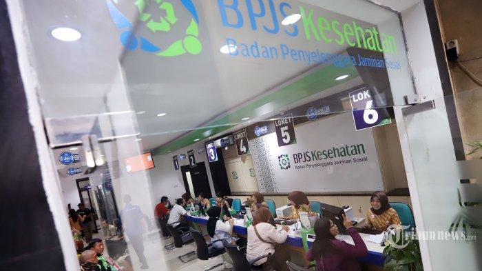 Pegawai melayani warga di kantor Badan Penyelenggara Jaminan Sosial (BPJS) Kesehatan di kawasan Matraman, Jakarta Pusat, Selasa (5/11/2019). BPJS Kesehatan mengakui sejumlah Peserta Bukan Penerima Upah (PBPU) dan Peserta Bukan Pekerja mulai menurunkan kelas layanan pasca diterbitkannya Peraturan Presiden Nomor 75 Tahun 2019 tentang Perubahan Atas Peraturan Presiden Nomor 82 Tahun 2018 tentang Jaminan Kesehatan. Tribunnews/Jeprima