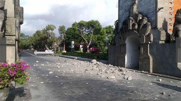 Batu-batu berserakan dari sebuah kuil di Bali yang terkena gempa bumi, Selasa (16/7/2019).