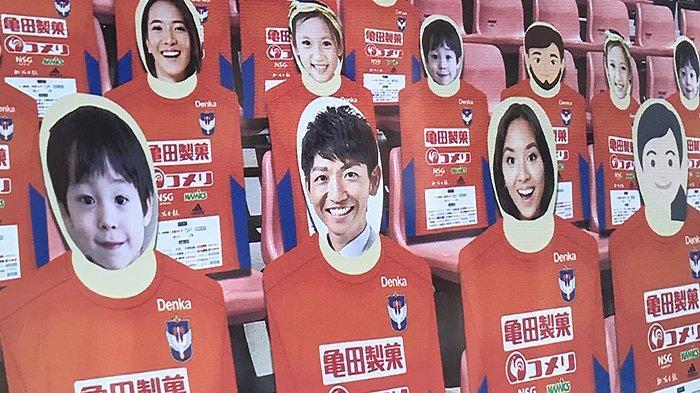 Danboru Supporter atau supporter kardus di mana wajah supporter atau penonton pertandingan olahraga ditempel di kursi penonton, biaya 1.500 yen per orang.