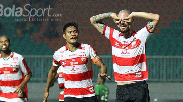 Dane Milovanovic (kanan) merayakan gol bersama Fachrudin Aryanto (Madura United) dalam pertandingan melawan PS TNI. FERI SETIAWAN/BOLASPORT.COM
