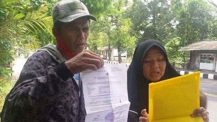 Dani (38) dan Masitoh (36) sembari membawa dua anaknya yang masih balita nekat jalan kaki pulang mudik dari Gombong (Jawa Tengah) ke Soreang, Kabupaten Bandung karena tak punya pekerjaan setelah di-PHK di tempat kerjanya. Mereka berangkat dari Gombong pada Minggu (2/5) sore dan Jumat (7/5) siang baru sampai di Ciamis. Inilah lima fakta keluarga Dani-Masitoh yang mengaku mudik dengan jalan kaki dari Gombong-Bandung. Sang ibu malu hingga sengaja jalan kaki untuk mencari uang