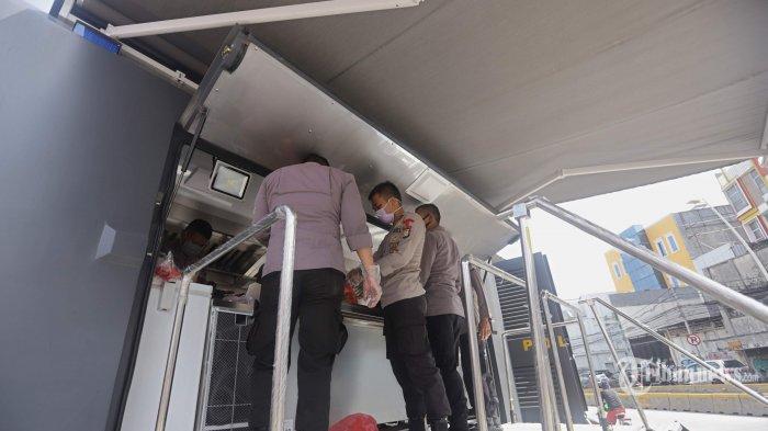 Anggota Brimob dan relawan sedang menyiapkan makanan di dapur umum yang didirikan di Kampung Pulo, Kampung Melayu, Jakarta Timur, Kamis (16/4/2020). Dapur umum yang didirikan oleh TNI dan Polri tersebut berada di tujuh titik permukiman padat di Jakarta untuk membantu masyarakat terdampak selama pandemi virus corona (Covid-19). Tribunnews/Herudin